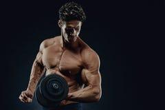 做exerc的一个英俊的力量运动人爱好健美者的特写镜头 免版税图库摄影