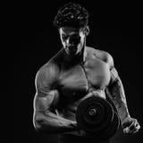 做exerc的一个英俊的力量运动人爱好健美者的特写镜头 免版税库存照片