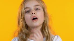 做facepalm,年轻的maximalism,笨拙年龄,明亮的背景的女孩 股票视频
