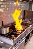 做flambe fois gras的厨师 库存照片