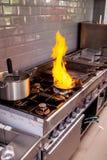 做flambe fois gras的厨师 免版税库存照片