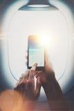 做foto的女性手照片云彩在智能手机 视觉效果,被弄脏 垂直,大模型 免版税库存图片