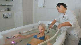 做hedromassage的医生妇女的后面bathtube的 股票录像