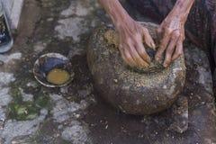 做jamu印度尼西亚传统健康饮料 免版税库存照片