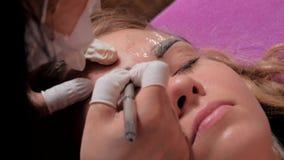 做microblading的做法的美容师特写镜头 永久构成 永久刺字眼眉 股票录像