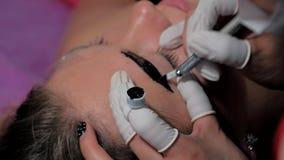 做microblading的做法的美容师特写镜头 永久构成 永久刺字眼眉 股票视频
