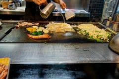 做Okonomiyaki的厨师在京都日本 免版税图库摄影