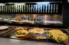 做Okonomiyaki的厨师在京都日本 库存图片