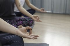 做Om瑜伽的一群人 免版税库存图片