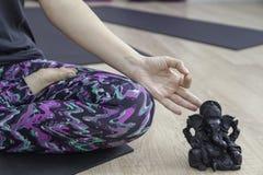 做Om瑜伽的妇女 免版税库存图片