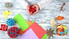 做origami花,顶视图的人 股票视频