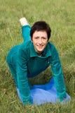 做pilates的妇女在公园 免版税库存照片