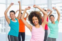 做pilates锻炼的健身类和辅导员 免版税库存图片