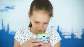 做selfie智能手机的快乐的美丽的女孩 股票录像