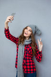 做selfie照片和显示和平标志的妇女 免版税图库摄影