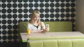 做selfie照片的女孩使用智能手机 股票录像