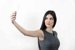 做selfie照片的女实业家在智能手机 免版税库存图片