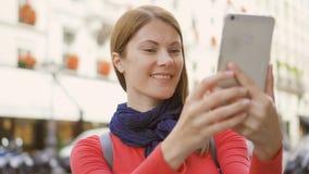 做selfie照片的快乐的俏丽的女孩在假期旅行的ubran街道在巴黎 微笑获得乐趣 股票录像