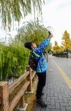 做selfie照片的男孩面孔 免版税图库摄影