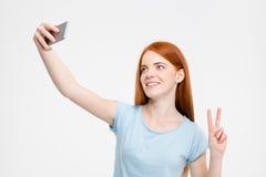 做selfie照片的红头发人妇女 免版税库存照片
