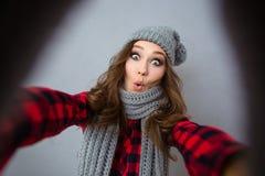 做selfie照片的滑稽的妇女 免版税库存照片