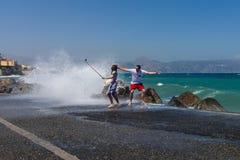 做selfie的一对年轻夫妇在码头在风暴期间海上 免版税库存图片