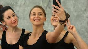 做selfie的三个少妇在锻炼以后在瑜伽类 股票录像
