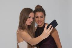 做selfie的两个女孩 免版税库存照片
