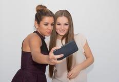 做selfie的两个女孩 免版税图库摄影