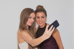 做selfie的两个女孩 免版税库存图片