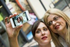 做selfie的两名妇女 库存照片