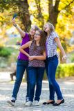 做selfie的十几岁的女孩 免版税库存图片