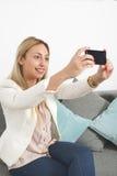 做selfie的可爱的白肤金发的妇女 库存照片