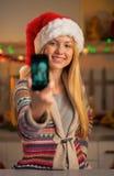 做selfie的圣诞老人帽子的少年女孩 免版税图库摄影