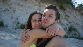 年轻做selfie的夫妇人和女孩在海滩的夏天在日落 股票视频