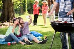 做selfie的夫妇在公园 库存照片