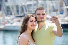 做selfie的夫妇在海港 免版税库存图片