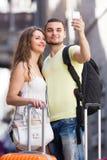 做selfie的夫妇在街道 库存照片