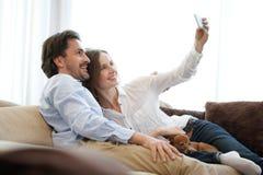 做selfie的夫妇 库存照片