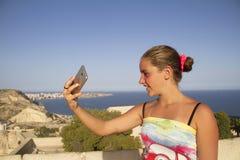 做selfie的女孩 免版税库存图片