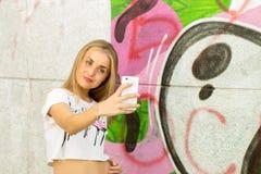 做selfie的女孩 免版税库存照片