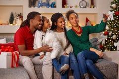 做selfie的家庭在圣诞节 库存图片