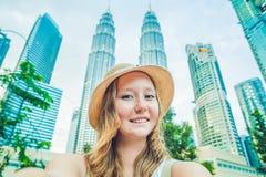做selfie的少妇游人在摩天大楼背景  旅游业、旅行、人们、休闲和技术概念 免版税图库摄影