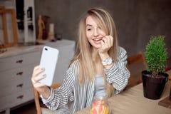 做selfie的少妇 免版税库存照片