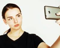做selfie的年轻人相当十几岁的女孩被隔绝在白色backgr 库存图片