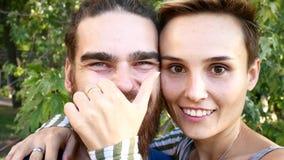 做selfie的年轻夫妇 有胡子的一个人和有一个短发的一个女孩切断自己并且无所事事在 股票录像