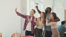 做selfie的愉快的人民在coworking的空间 摆在照相机的微笑的队 影视素材