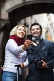 做selfie的成熟旅行家 免版税库存照片