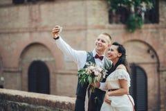 做selfie的最近被婚姻的夫妇在仪式以后 免版税库存图片