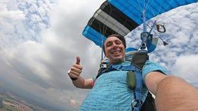 做selfie的跳伞运动员在自由秋天以后 库存图片